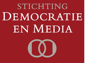 Stichting+Democratie+Media+logo+met+rode+achtergrond